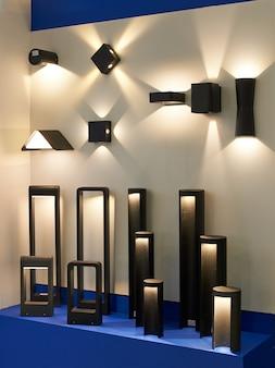 Stehen sie mit garten und architektonischen led-lampen