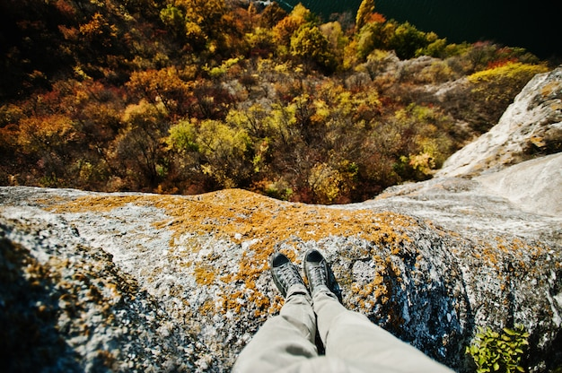 Stehend auf der klippe. denken an selbstmord, depression und stress-konzept