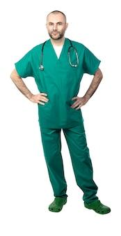 Stehender doktor mit der grünen uniform getrennt auf weiß