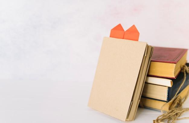 Stehendes buch mit origami-herz
