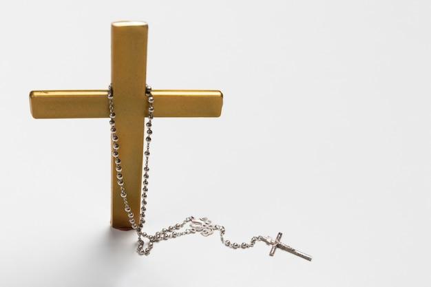 Stehendes kreuz der vorderansicht mit heiliger halskette