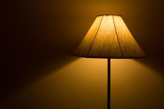 Stehlampe mit licht- und schattenhintergrund