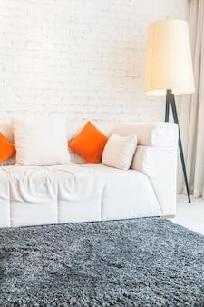 Stehlampe und eine couch