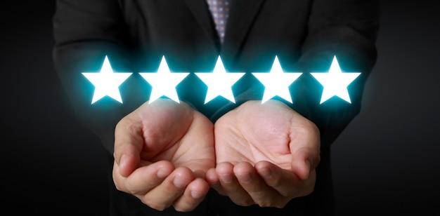Steigen sie bei der bewertung und klassifizierung der bewertung der menschlichen hand um fünf sterne auf