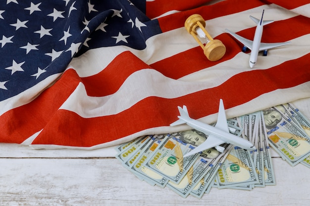 Steigende welt usa flagge modell flugzeug ölfässer us-dollar-geschäft