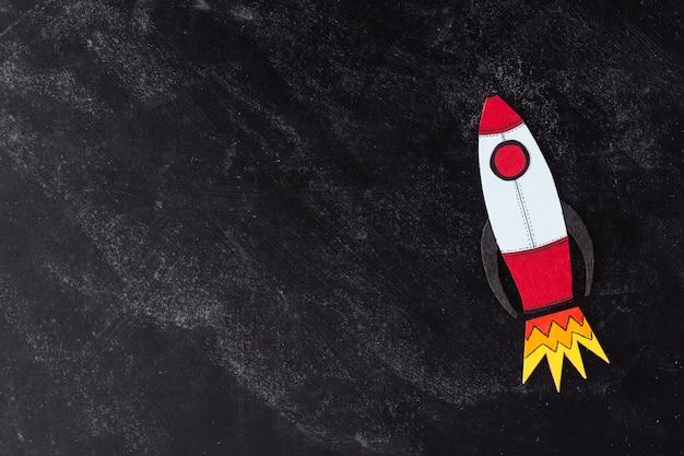 Steigern oder steigern sie ihr einkommen. gezeichnete rakete über dunklem hintergrund mit copyspace. finanziell.