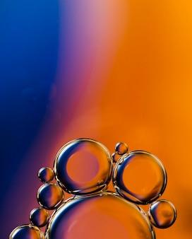 Steigungsarchipel der luftblase fällt in wasser