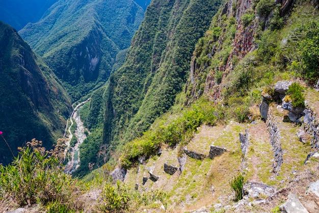 Steile aussicht auf die terrassen von machu picchu von oben auf das urubamba-tal