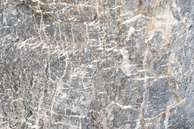 Stein mit weißen streifen und sand