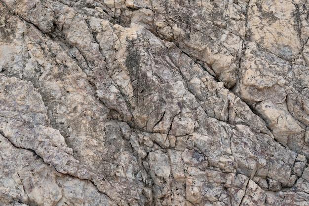 Stein traf das erodierte wasser mit gebrochenen