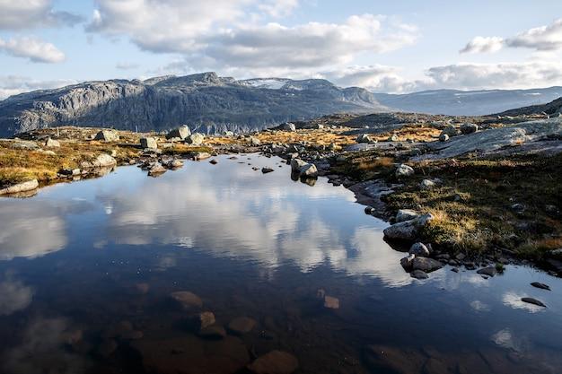Stein- und wasserlandschaft in den bergen.
