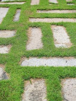 Steinbahn im park mit hintergrund des grünen grases