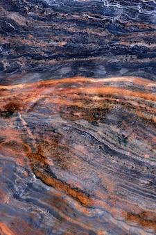 Steinbeschaffenheit vertikales bild bunte oberfläche mit streifen polierter metamorpher stein gefunden in norwegen bergen