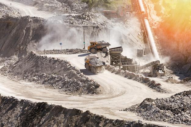 Steinbruchbergbau mit schönem sonnenlicht. das konzept der bergbauindustrie.