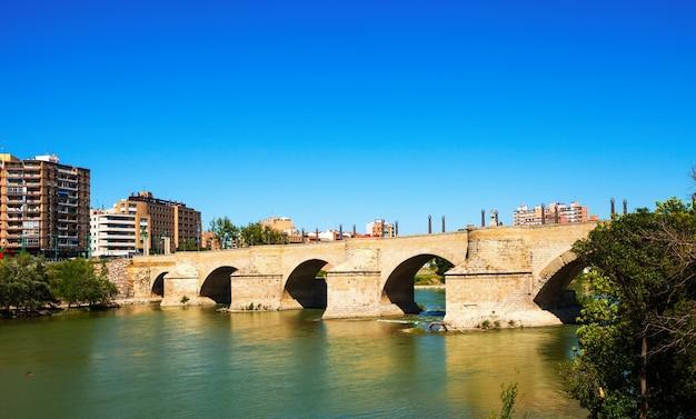 Steinbrücke über den fluss ebro