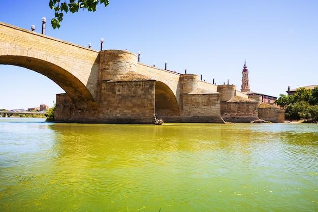 Steinbrücke über ebro in zaragoza