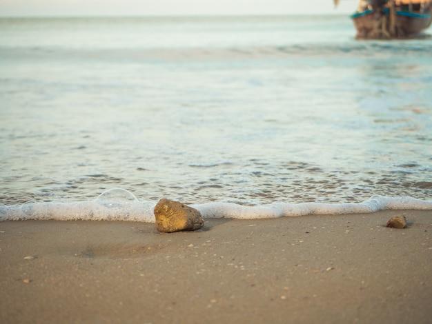 Steine am strand platziert