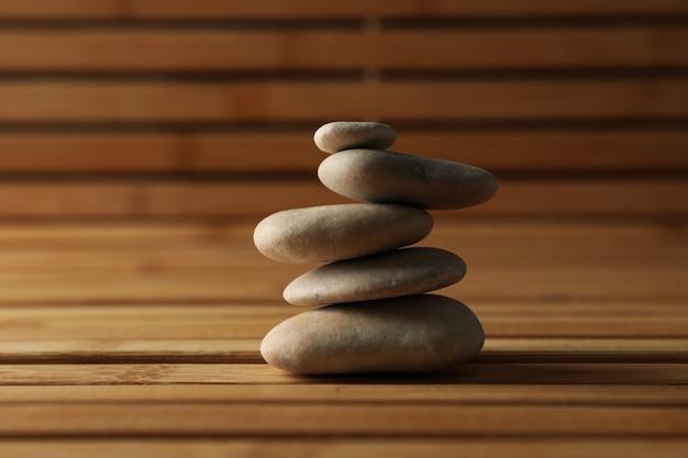 Steine auf dem bambushintergrund. zen-konzept