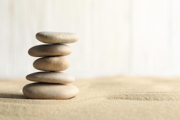 Steine auf dem sandhintergrund. zen-konzept