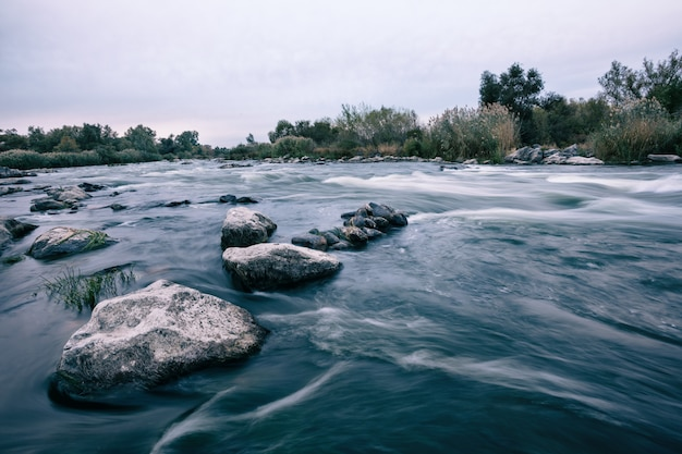 Steine auf den untiefen des gebirgsflusses