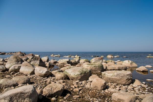 Steine balancieren am strand. platz an lettischen küsten namens veczemju klintis
