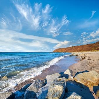 Steine, die sand am strand schützen. strand in der nähe des dorfes kloster auf der insel hiddensee