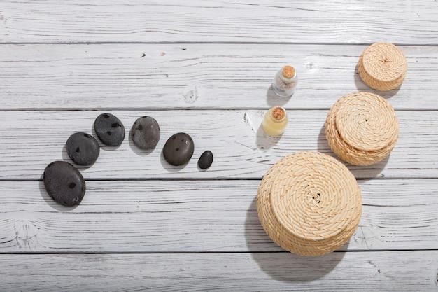Steine für orientalische spa-massagetherapie auf hölzernem hintergrund