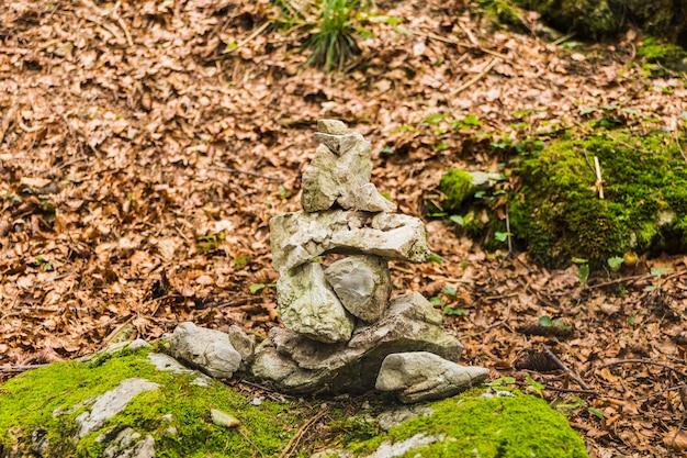 Steine im gleichgewicht, steinhaufen im wald im herbst
