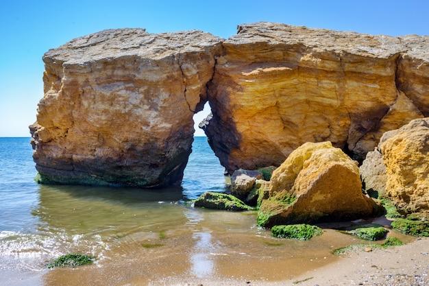 Steine im wasser an der küste sommerferien
