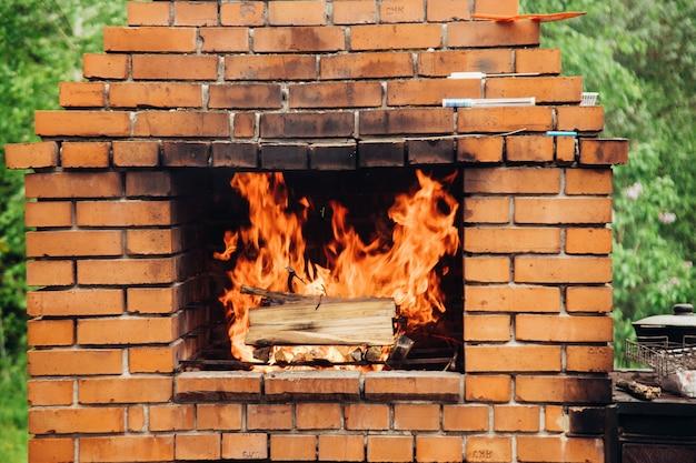 Steingartenofen zum grillen oder grillen befindet sich in einem hinterhof.