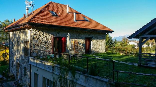 Steinhaus in den dolomiten mitten in der natur bei sonnenuntergang