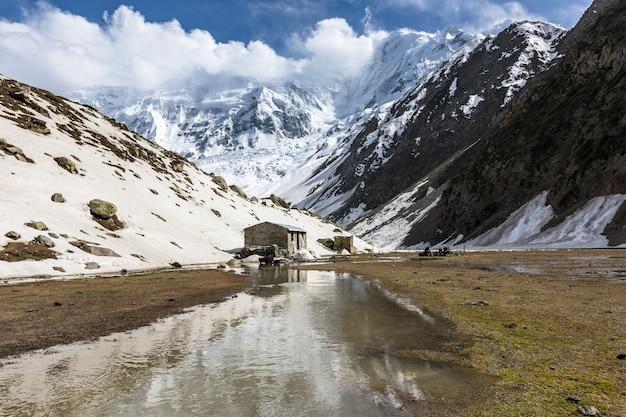 Steinhütte im bergtal rakaposhi basislager hochwertiges foto