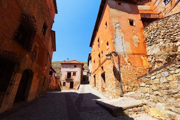 Steinige häuser in der normalen straße der spanischen stadt