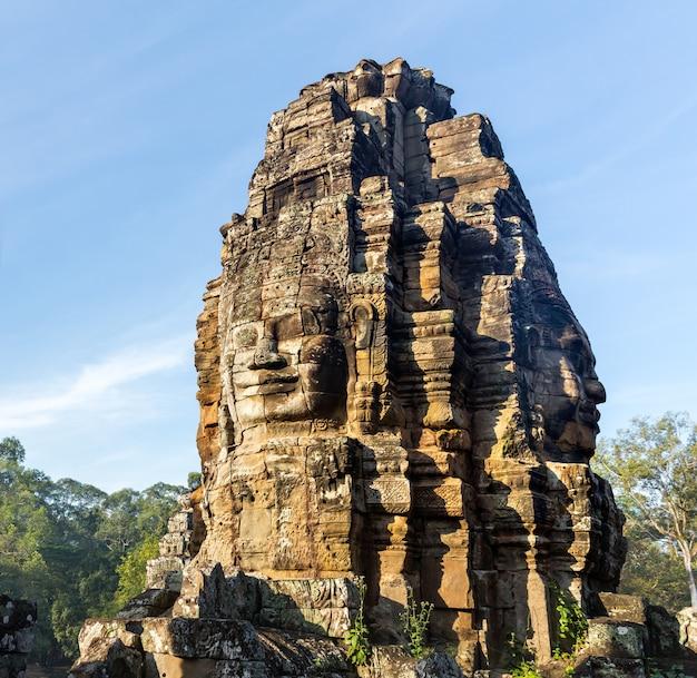 Steinkopf auf türmen des bayon-tempels