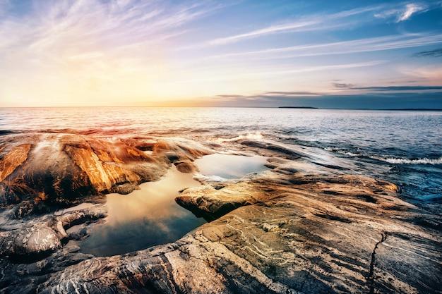 Steinküste des ladogasees bei sonnenuntergang