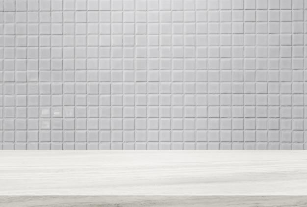 Steinmarmortischplatte und hintergrund der weißen keramikziegelwand