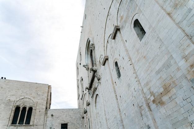 Steinmauern der mittelalterlichen kathedrale von san nicolas di bari.