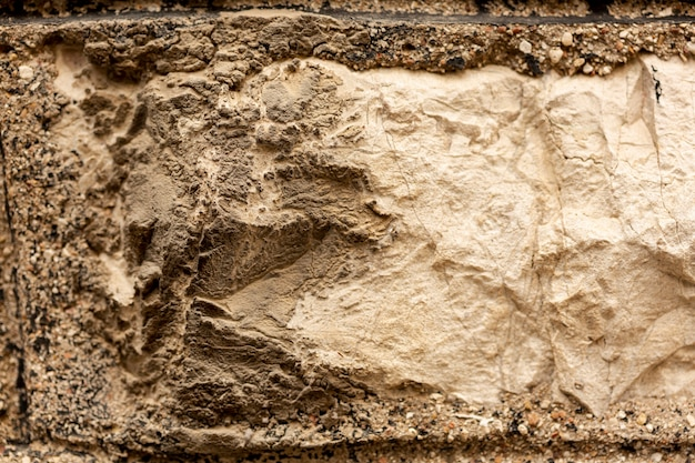 Steinoberfläche mit sprüngen und rauer beschaffenheit