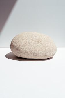 Steinpodest zur präsentation von produkten oder kosmetika. ökologische trends. platz für text