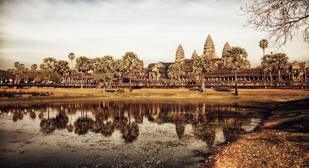 Steinruinen der tempelanlage angkor wat, größtes religiöses denkmal und unesco-weltkulturerbe