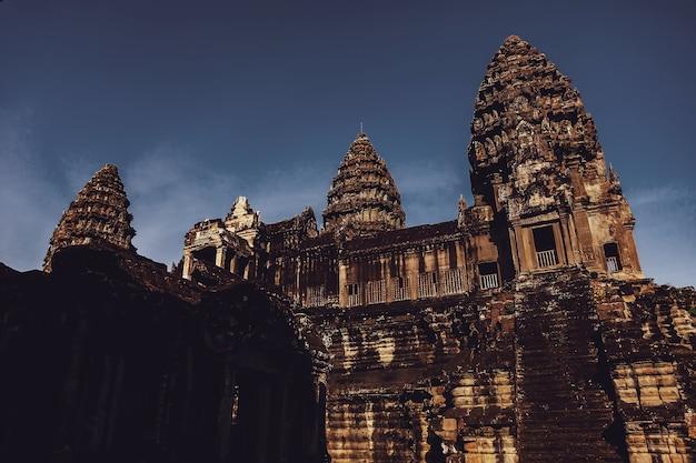 Steinruinen des angkor wat tempelkomplexes größtes religiöses denkmal und unesco-weltkulturerbe. alte khmer-architektur mit steinernen wandmalereien und skulpturen. erstaunliche reise nach siem reap, kambodscha