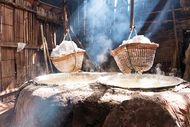 Steinsalz aus gekochtem salzwasser. nan provinz, thailand