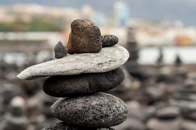 Steinstapel mit unscharfem hintergrund