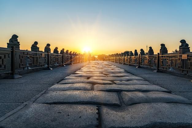 Steinstraßenfunktionen, steinstatuen von steinbrücken bei sonnenuntergang, china, peking