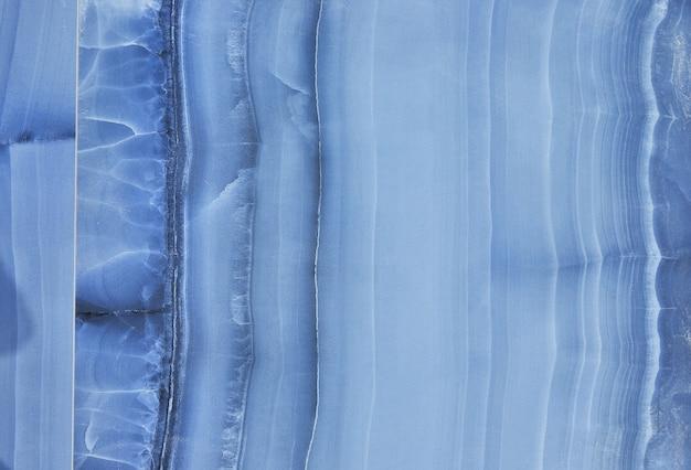 Steinstruktur in blau mit weißen streifen in form des meeresbodens