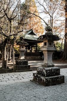 Steinstrukturen am japanischen tempelkomplex