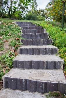 Steinstufen führen hinauf