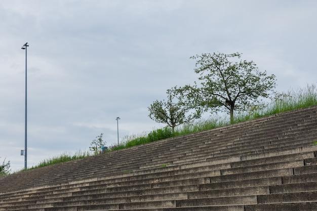 Steinstufen im park am velodrom im stadtteil prenzlauer berg, berlin