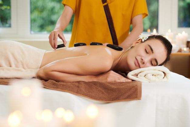 Steintherapie im spa-salon