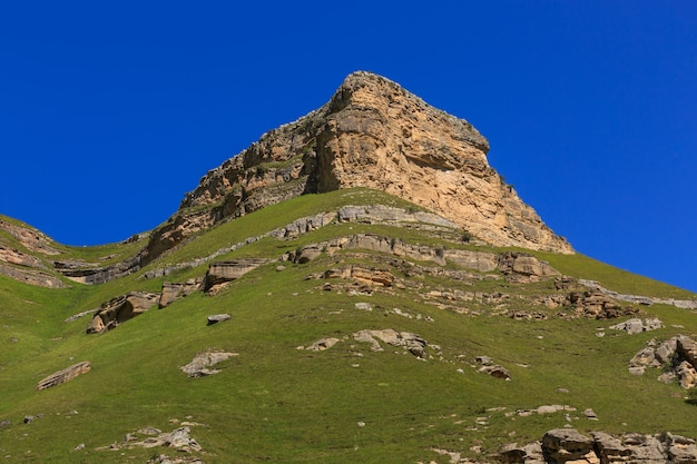 Steinvorsprung eines felsigen kamms gegen den blauen himmel